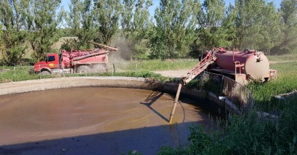 Liquid manure tank being emptied